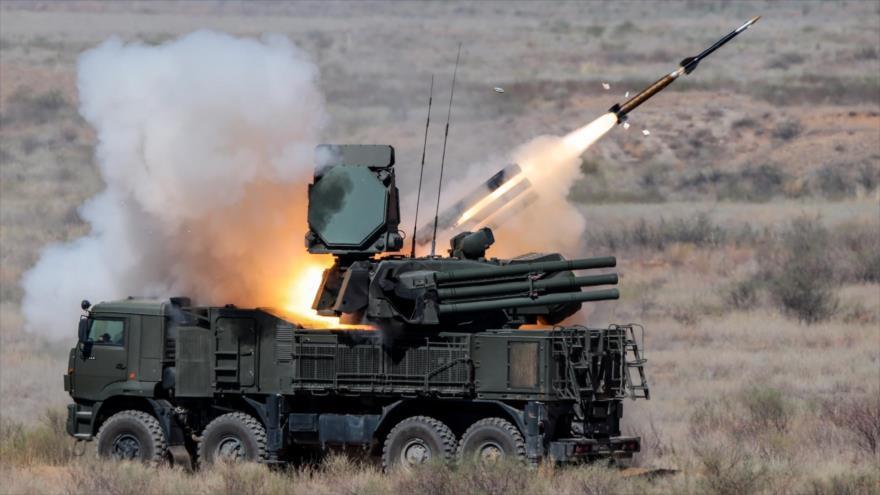 Batería antiaérea del misil Pantsir-S1, de fabricación rusa, dispara un misil tierra-aire en un ejercicio de entrenamiento.