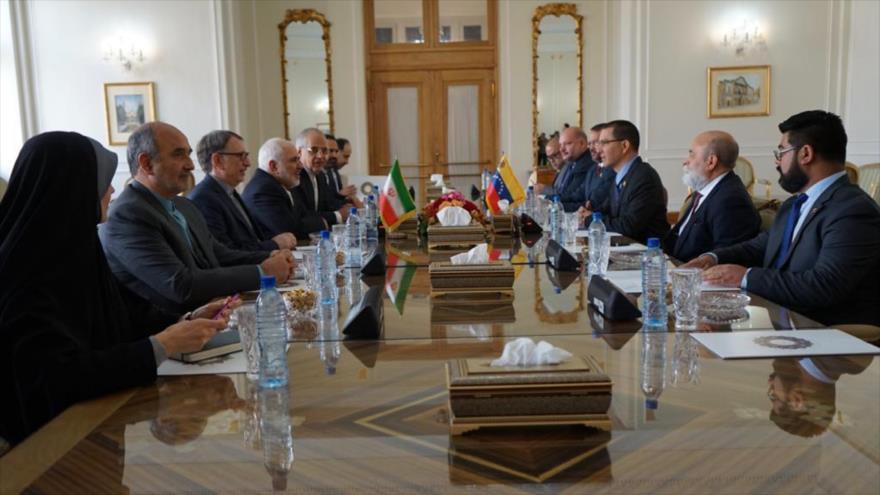 Delegaciones de Irán (izda.) y Venezuela en una reunión en Teherán, capital persa, 20 de enero de 2020.