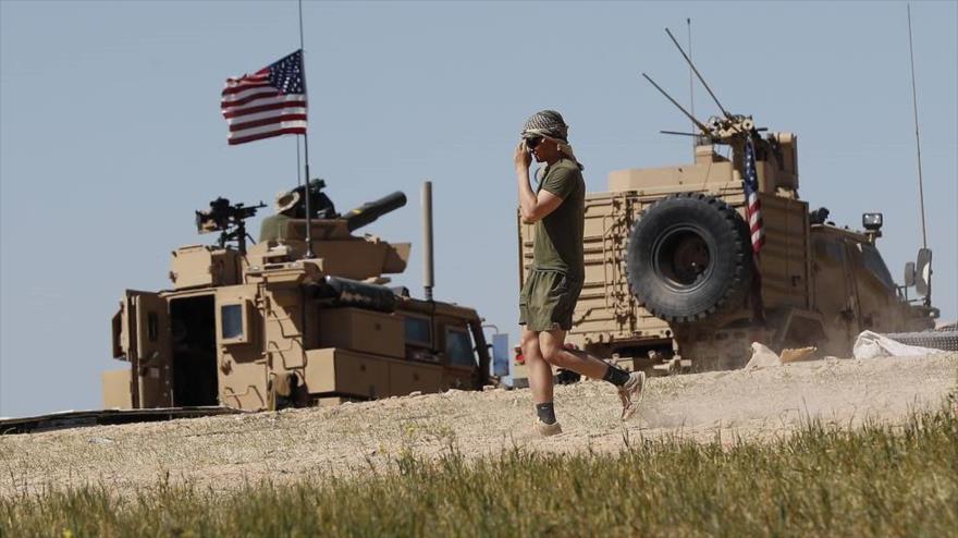 Un soldado estadounidense camina cerca de una base militar instalada en la provincia de Manbij, norte de Siria, 4 de abril de 2018. (Foto: AP)