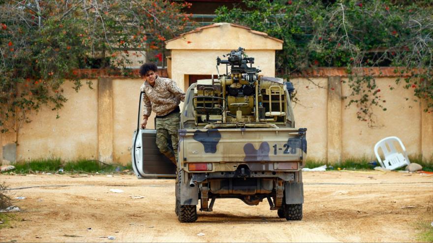 Un vehículo blindado de las fuerzas del Gobierno de Acuerdo Nacional (GAN), desplegado en Trípoli, capital libia, 12 de enero de 2020. (Foto: AFP)