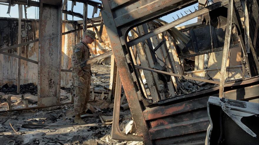 Un efectivo de EE.UU. comprueba los destrozos ocasionados por el impacto de misiles iraníes contra la base Ain Al-Asad en Irak, 13 de enero de 2019. (Foto: AFP)