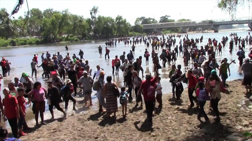 Migrantes cruzan la frontera sur de México por la vía ilegal
