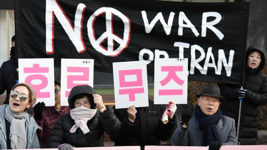 Surcoreanos frente a la embajada de EEUU: No a guerra contra Irán