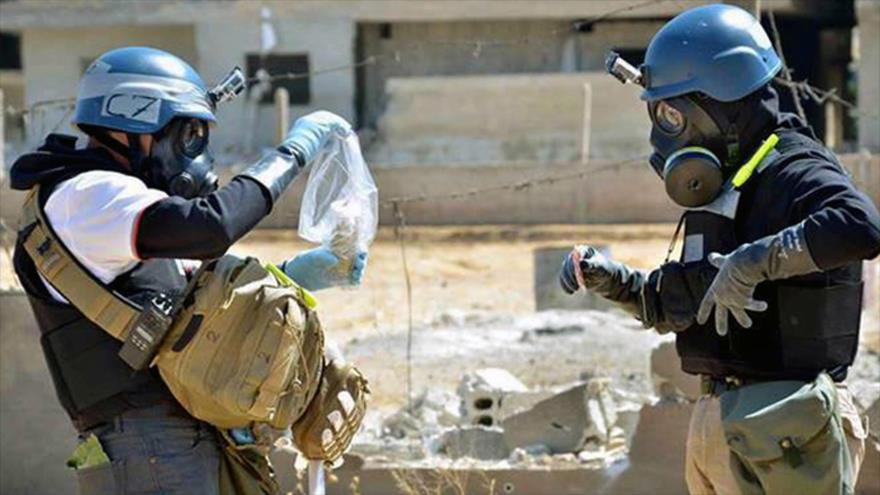 Investigadores de la OPAQ revisan un sitio blanco de un presunto ataque químico en Siria.