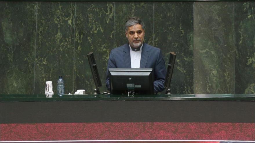El portavoz de la Comisión de Seguridad Nacional y Política Exterior del Parlamento iraní, Hosein Naqavi Hoseini, en una sesión del Parlamento iraní.