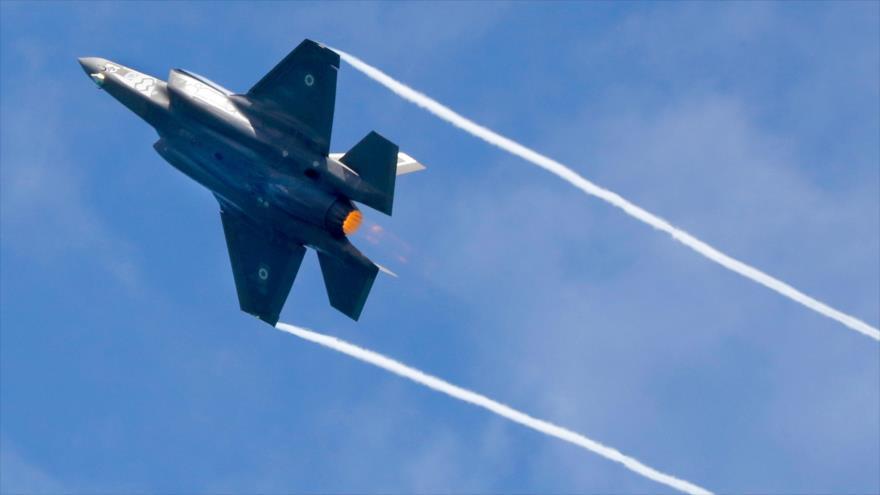Un avión F-35 del ejército israelí durante una maniobra aérea en el sur de los territorios ocupados palestinos, 9 de mayo de 2019. (Foto: AFP)