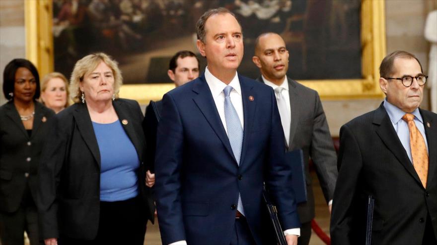 El senador demócrata Adam Schiff (c) llega al Senado para el inicio del juicio político contra el presidente Donald Trump, 21 de enero de 2020.