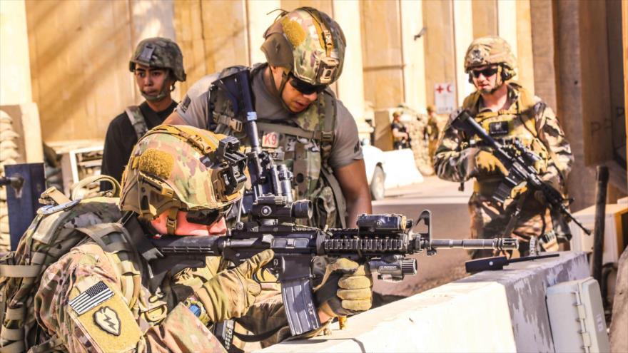 Soldados estadounidenses toman posiciones alrededor de la embajada de EE.UU. en Bagdad, capital de Irak, 31 de diciembre de 2019. (Foto: APF)
