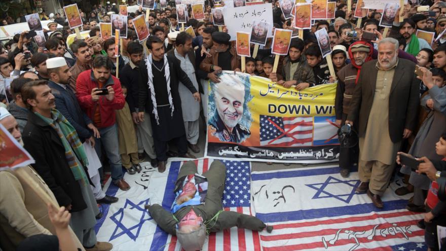 Paquistaníes protestan contra el asesinato del general iraní Qasem Soleimani por EE.UU. en Irak, Peshawar, 10 de enero de 2020. (Foto: AFP)