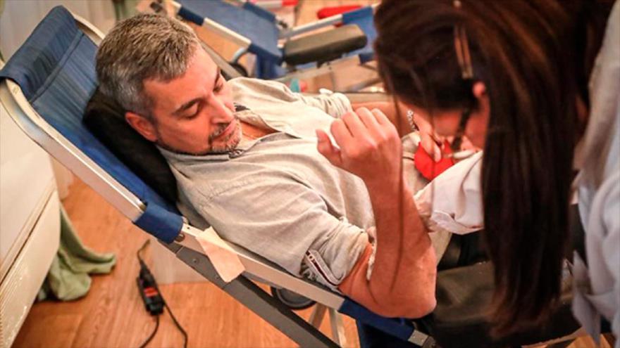 El presidente de Paraguay, Mario Abdo Benítez, durante una jornada de donación de sangre en el Palacio de López.