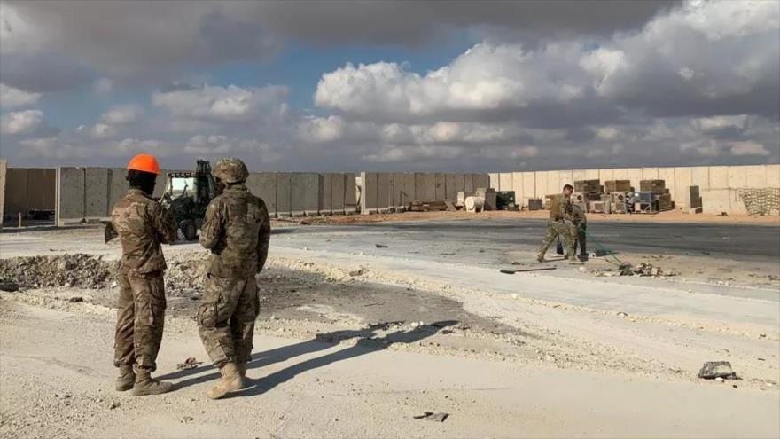 Soldados de EE.UU. limpiando los escombros presentes en la base Ain Al-Asad atacada por Irán. (Foto: AFP)