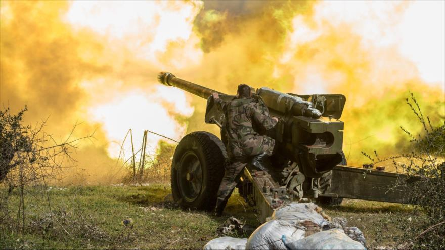 Una unidad de artillería del Ejército sirio dispara durante una operación antiterrorista en Idlib, noroeste de Siria.