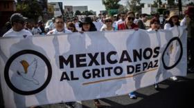 Mexicanos marchan hacia la capital en rechazo a la violencia
