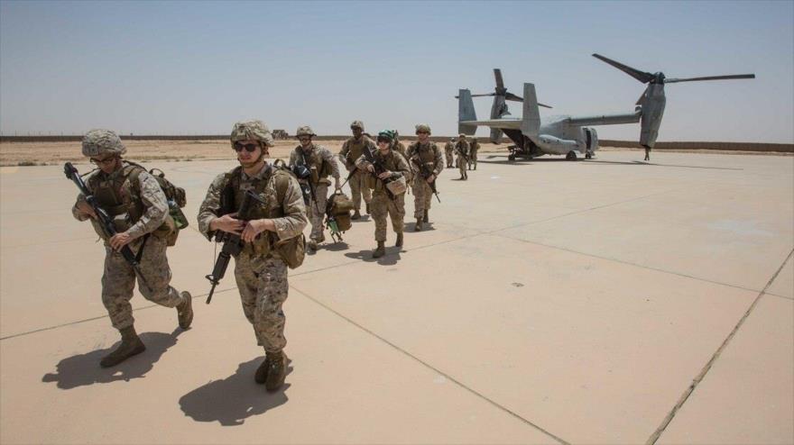 Los marines estadounidenses desembarcan de un avion MV-22B en la base aérea de Ein Al-Asad en la región de Al-Anbar de Irak, 4 de junio de 2018.