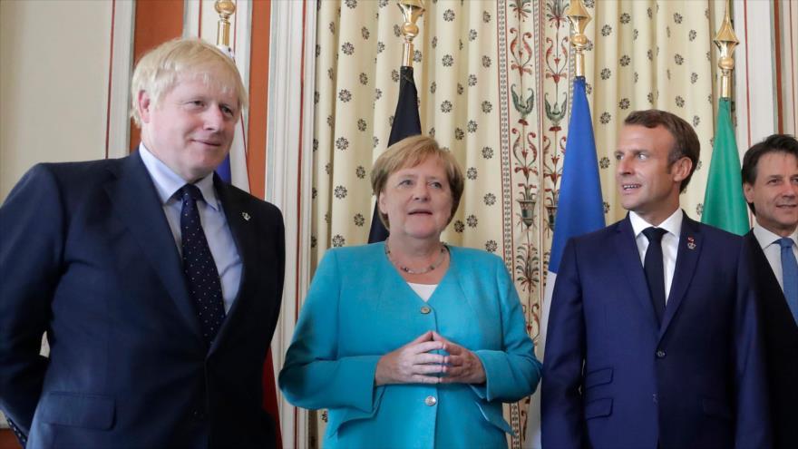 El premier británico, Boris Johnson (izda.), la canciller alemana, Angela Merkel, el presidente francés, Emmanuel Macron, 24 de agosto de 2019.
