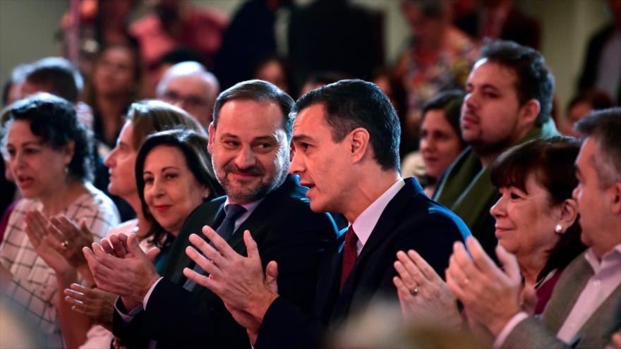 El presidente del Gobierno español, Pedro Sánchez (dcha.), habla con José Luis Ábalos, en un acto en Madrid, 28 de octubre de 2019. (Foto: AFP)