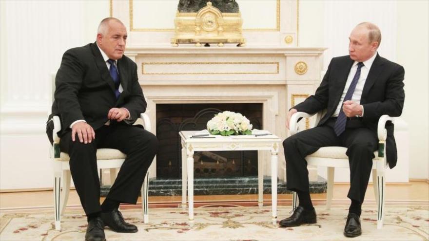El presidente de Rusia, Vladimir Putin (dcha.) y el primer ministro búlgaro, Boiko Borisov.