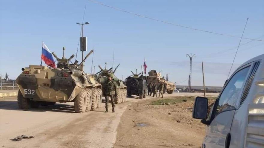 Las tropas estadounidenses bloquean una patrulla militar rusa en la región de Tal Tamr, en la provincia siria de Al-Hasaka, 25 de enero de 2020.