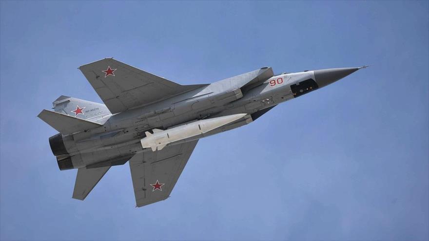 Un misil hipersónico Kinzhal, emplazado en un avión de combate ruso modelo MIG-31.