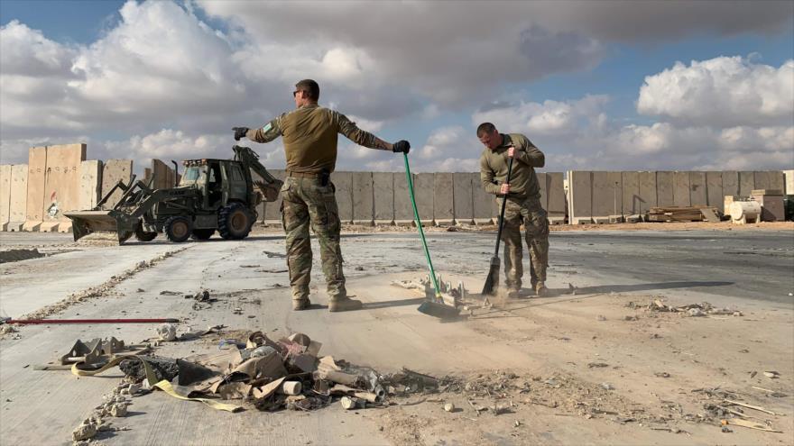 Militares de EE.UU. en la base militar Ain Al-Asad, destruida por un ataque iraní, provincia de Al-Anbar, oeste de Irak, 13 de enero de 2020. (Foto: AFP)