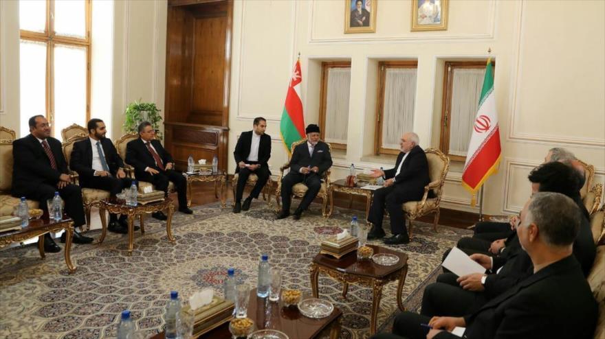 Los cancilleres de Irán y Omán, Mohamad Yavad Zarif, y Yusef bin Alawi bin Abdulá, respectivamente, se reúnen en Teherán, 26 de enero de 2020.