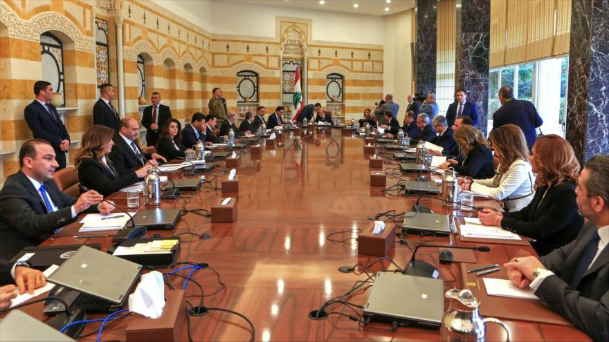 El presidente libanés Michel Aoun (c) encabeza la primera reunión del Gobierno del premier recién designado en El Líbano, Beirut, 22 de enero de 2020. (Foto: AFP)
