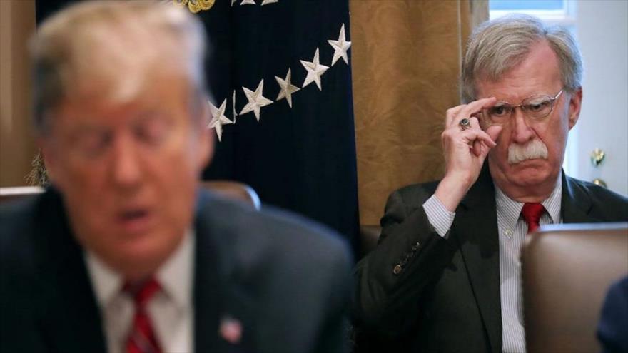 El exasesor de la seguridad nacional de EE.UU. John Bolton (dcha.) y el presidente Donald Trump.