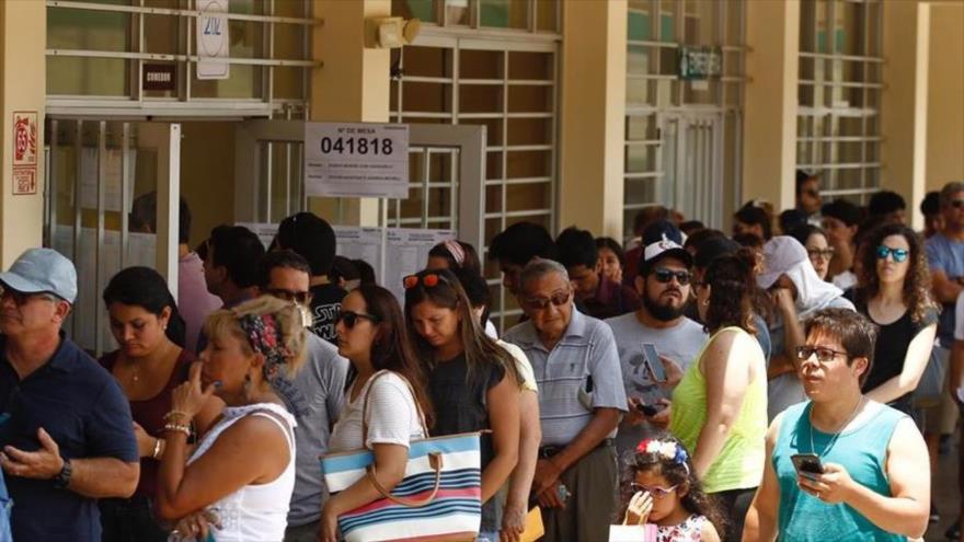 Los peruanos hacen cola para votar en las elecciones parlamentarias, 26 de enero de 2020.