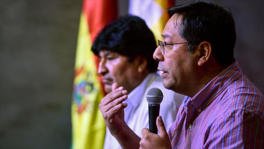 Luis Arce, el candidato presidencial del Movimiento al Socialismo (MAS), junto al expresidente de Bolivia, Evo Morales, 27 de enero de 2020. (Foto: AFP)