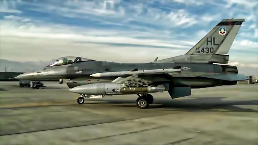 Un avión de combate F-16 de la Fuerza Aérea de EE.UU., listo para despegar del aeródromo de Bagram, en Afganistán.