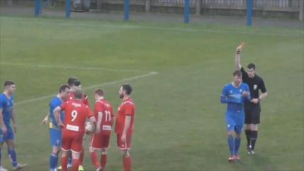 Vídeo: Un futbolista recibe tres tarjetas en 12 segundos