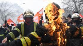 Vídeo: Policía de Francia golpea violentamente protesta de bomberos