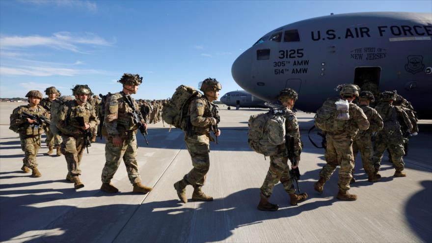 Fuerzas del Ejército estadounidense suben a un avión de transporte.