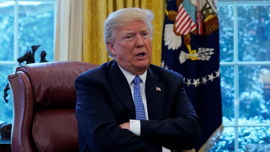 Donald Trump sentada en su silla presidencial del Despacho Oval, en la Casa Blanca, desde donde gestiona su política tanto nacional como internacional.