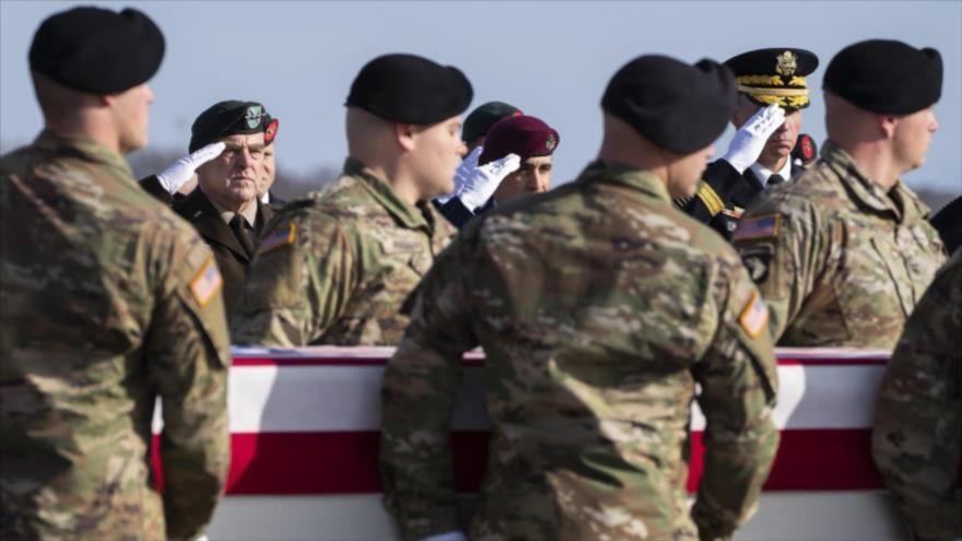 El jefe del Estado Mayor Conjunto del Ejército estadounidense, el general Mark Milley (1º izq.), saluda a soldados muertos en Afganistán.