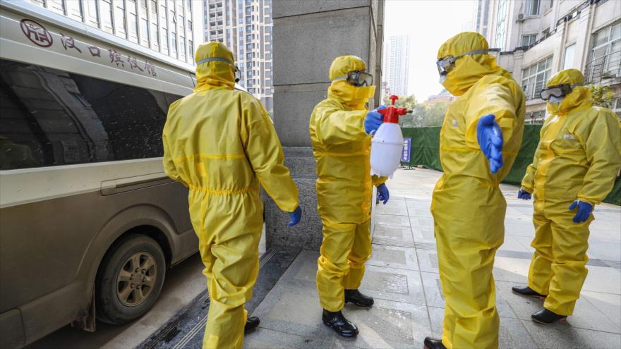 Los empleados de una funeraria trasladan el cuerpo de una persona fallecida por coronavirus al hospital, Wuhan, China, 30 de enero de 2020. (Foto: AFP)