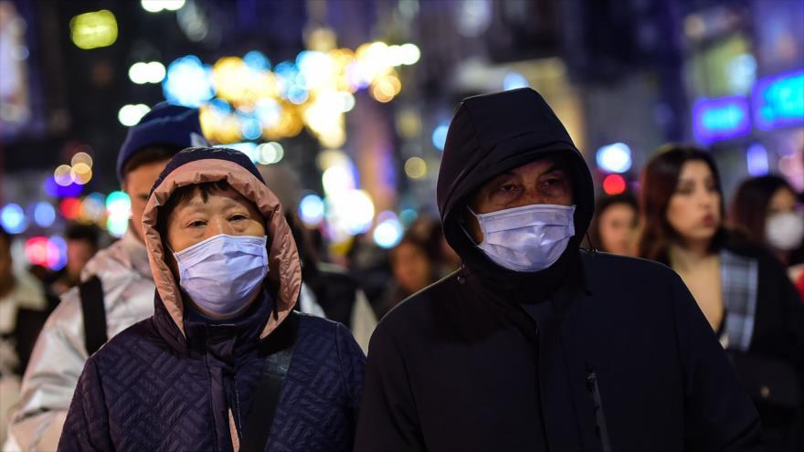 Turistas asiáticos caminan con máscaras en las calles de Estambul, Turquía, 31 de enero de 2020. (Foto: AFP)