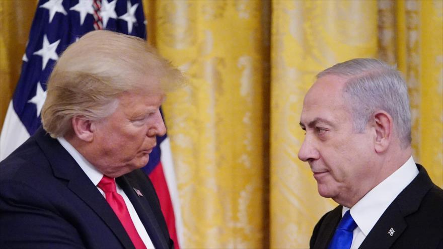 """Donald Trump, fija su mirada en Benjamín Netanyahu, durante la presentación del """"acuerdo del siglo"""" en la Casa Blanca, 28 de enero de 2020."""