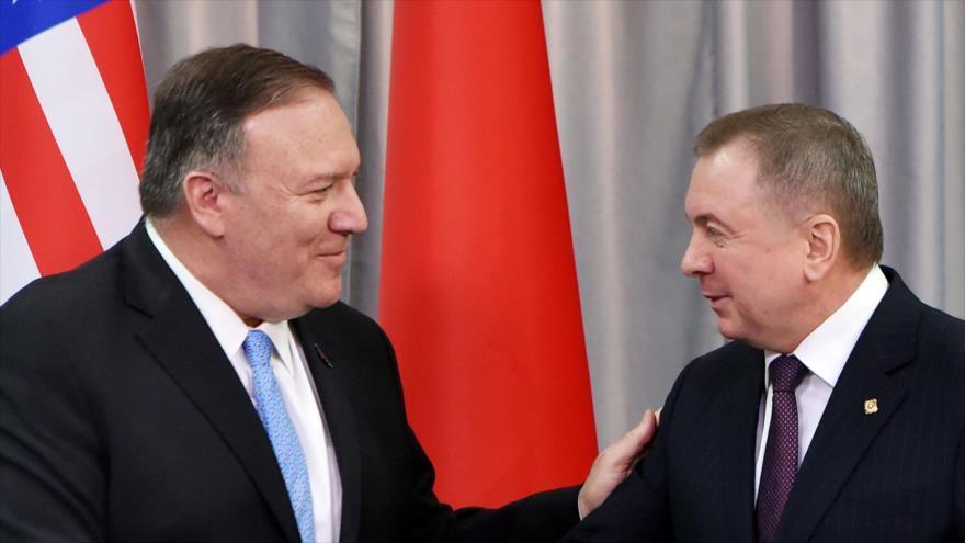 El secretario de Estado de EE.UU., Mike Pompeo (izda.), en una rueda de prensa conjunta con el canciller bielorruso, Vladimir Makei, Minsk (capital de Bielorrusia), 1 de febrero de 2020. (Foto: AFP)