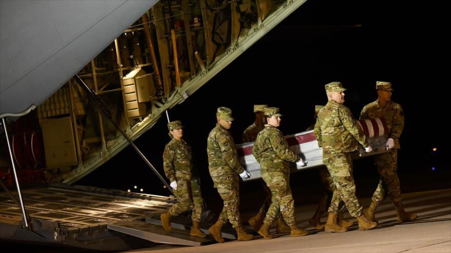 El personal militar estadounidense traslada el ataúd de un soldado muerto en la base de la Fuerza Aérea de Dover, 8 de diciembre de 2019. (Foto: AFP)