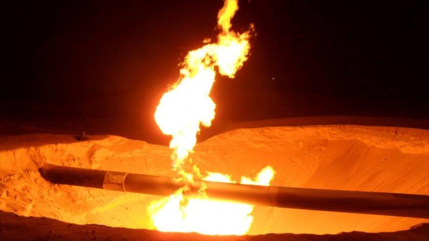 Incendio en un gasoducto en la región de Masaeed en la península de Sinaí, en Egipto. (Foto: Reuters)