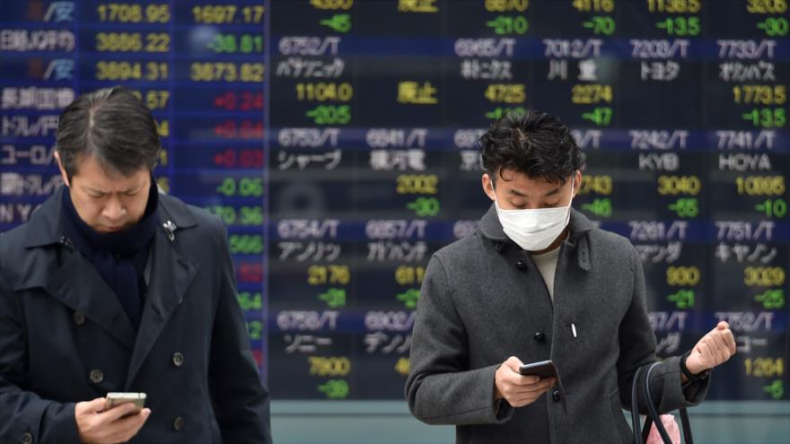 Ciudadanos japoneses usan mascarillas para protegerse del coronavirus en Tokio, 27 de enero de 2020. (Foto: AFP)