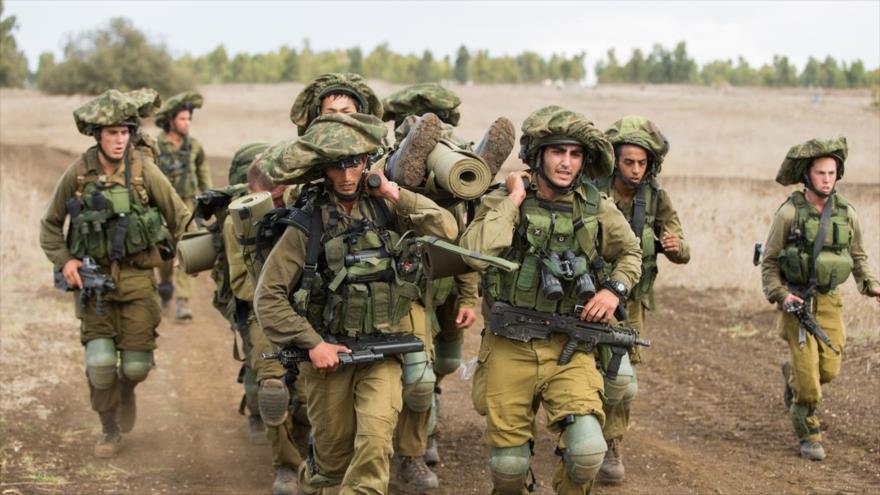 Soldados de la brigada golani del ejército israelí trasladan un militar herido.
