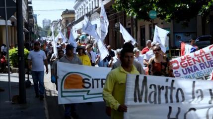 Funcionarios estatales en Paraguay rechazan recorte de beneficios