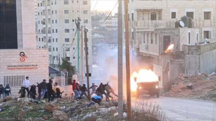 Vídeo: Palestinos queman un coche blindado de fuerzas israelíes