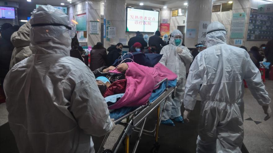 El personal médico lleva a un paciente al Hospital de la Cruz Roja de Wuhan, China, 25 de enero de 2020. (Foto: AFP)