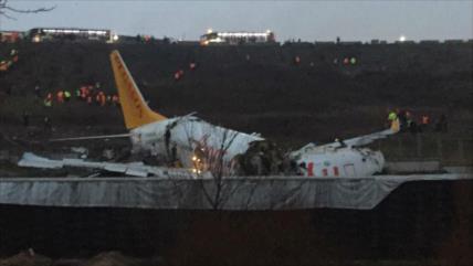 Vídeo: Avión de pasajeros turco se sale de la pista y se parte en tres