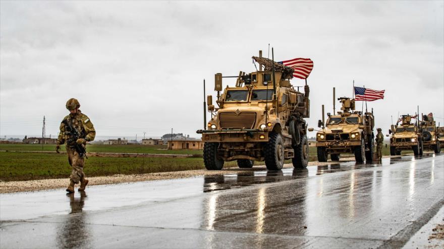 Un convoy de vehículos blindados de EE.UU. en la carretera M-4, que conecta las provincias sirias de Al-Hasaka y Alepo, 24 de enero de 2020. (Foto: AFP)