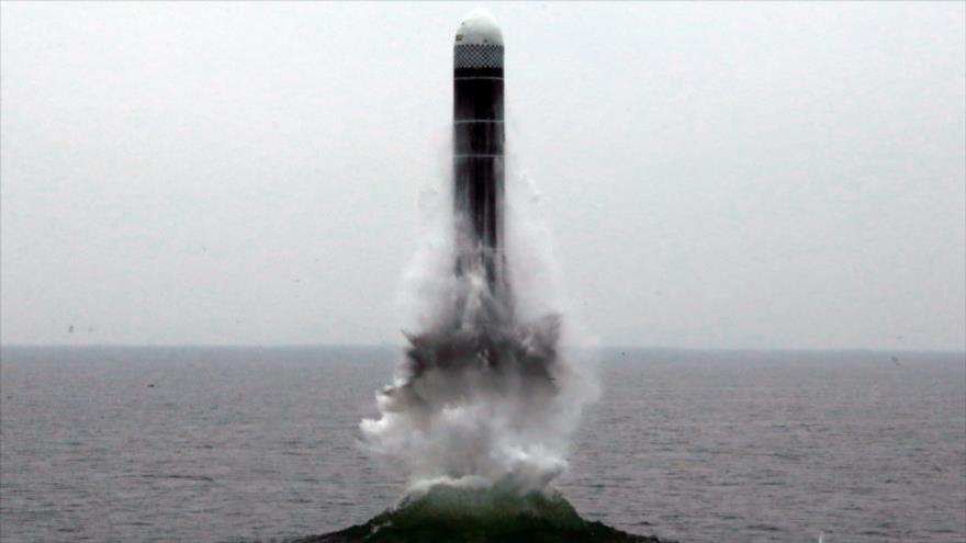 Lanzamiento de un misil balístico desde un submarino localizado en la costa este de Corea del Norte, el 3 de octubre de 2019. (Foto: Reuters)