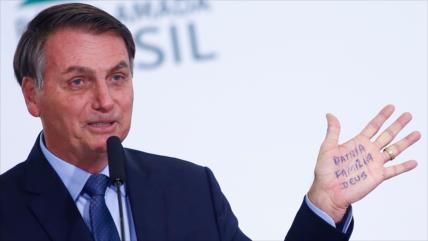Bolsonaro firma polémico plan de explotación de reservas indígenas